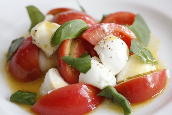 水牛のモッツァレラとフルーツトマトのサラダ仕立て