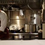 本日の主役、鍋がキッチン奥で準備中
