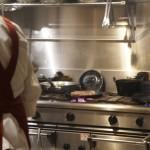 厨房では肉の調理が進行中
